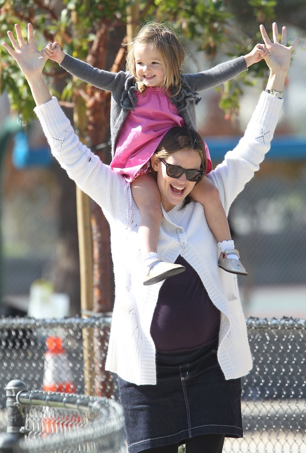 Jennifer Garner brinca com a filha Seraphina, em Santa Monica, na Califórnia (Foto: Brainpix / Agency)