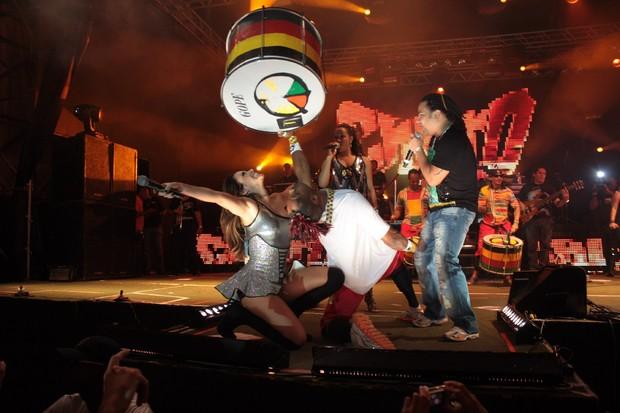 Alinne Rosa se empolga com o Olodum em show na Bahia (Foto: Fred Pontes/Divulgação)