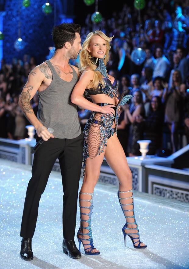 Adam Levine, do Maroon 5, no 'Victoria's Secret Fashion Show' em Nova York, nos Estados Unidos (Foto: Getty Images/ Agência)