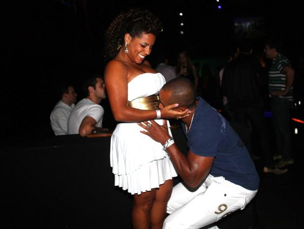 Ex-BBB Janaina, que está grávida, com o namorado na festa da 'Playboy ' de Cacau (Foto: Iwi Onodera/ EGO)