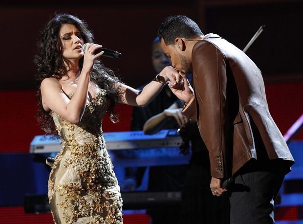 Paula Fernandes canta com Romeo Santos na 12ª edição do Grammy Latino em Las Vegas, nos Estados Unidos (Foto: Reuters/ Agência)