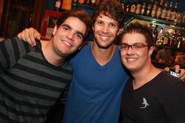 Gustavo Leão em boate no Rio com o cantor Rafael e com um primo (Foto: Marco Macedo/ Divulgação)
