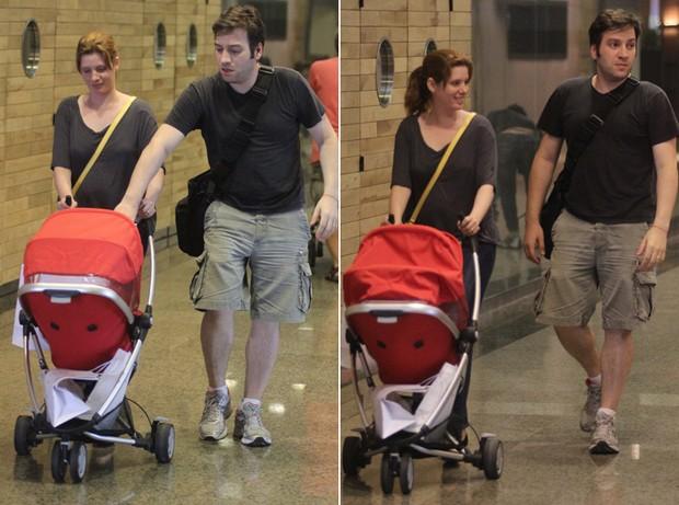 Daniele Valente passeia com o marido e a filha em shopping carioca (Foto: Marcus Pavão / AgNews)