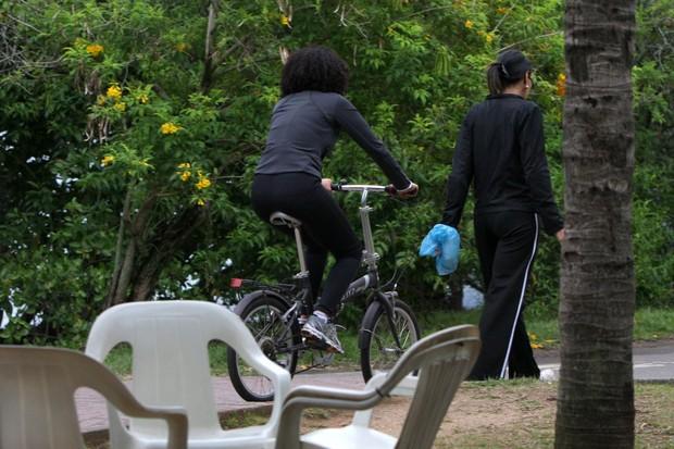 Taís Araújo anda de bicicleta (Foto: Gil Rodrigues/Photorio News)