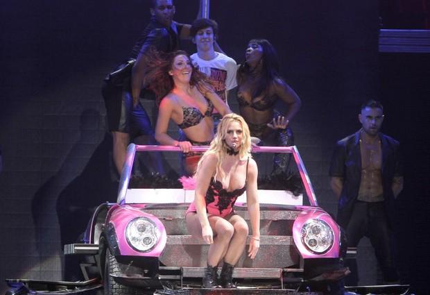 Britney Spears com o fã Getúlio Cavalcante em show no Rio (Foto: Isac Luz/ EGO)