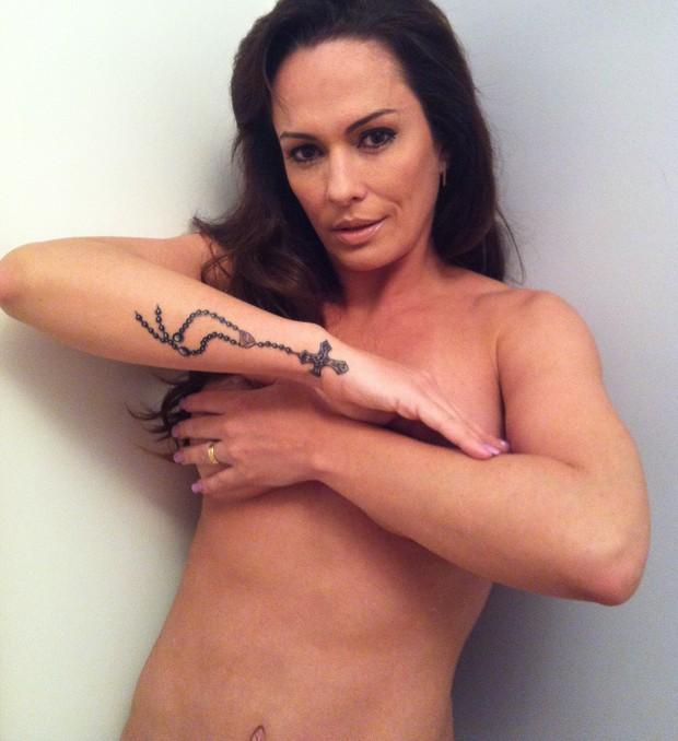 Núbia Ólliver posa sem roupa e exibe nova tatuagem (Foto: Divulgação)