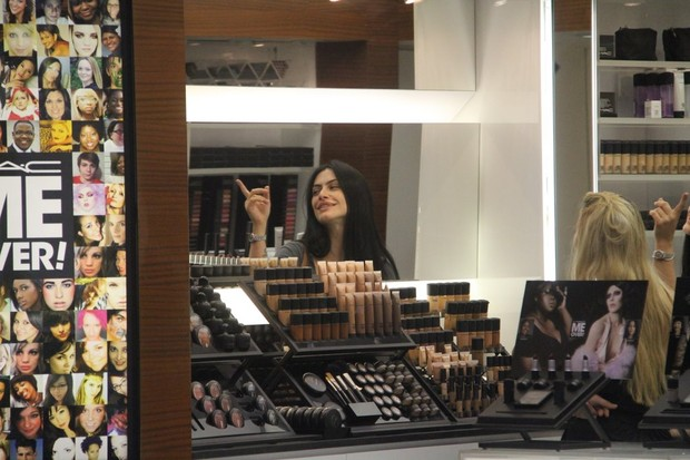 Cléo Pires passeia com a amiga Carol Sampaio após ir a loja de maquiagens (Foto: Daniel Delmiro/ Ag.News)