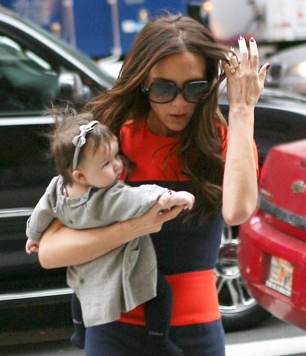 Victoria Beckham com a filha Harper em Nova York, nos Estados Unidos (Foto: X17/ Agência)