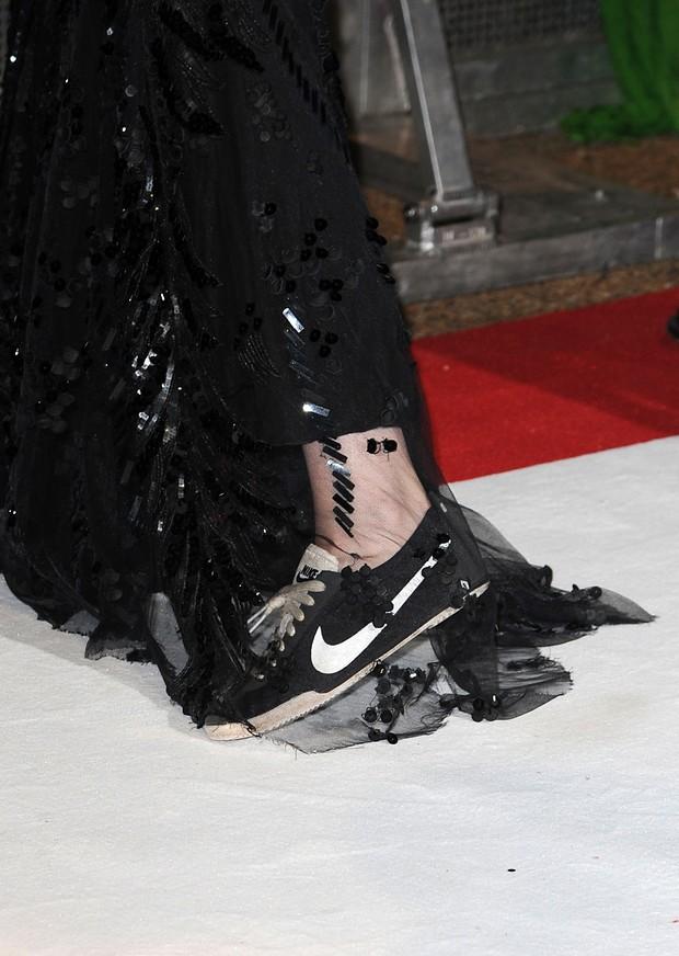 Detalhe do tênis que Kristen Stewart usou no fim da première de 'Amanhecer' em Londres (Foto: Getty Images)