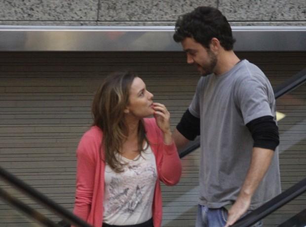Regiane Alves faz compras com o namorado em shopping do Rio (Foto: Marcus Pavão / AgNews)