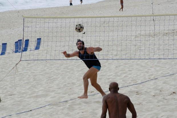 Thierry Figueira na praia no RJ (Foto: J. Humberto/AgNews)