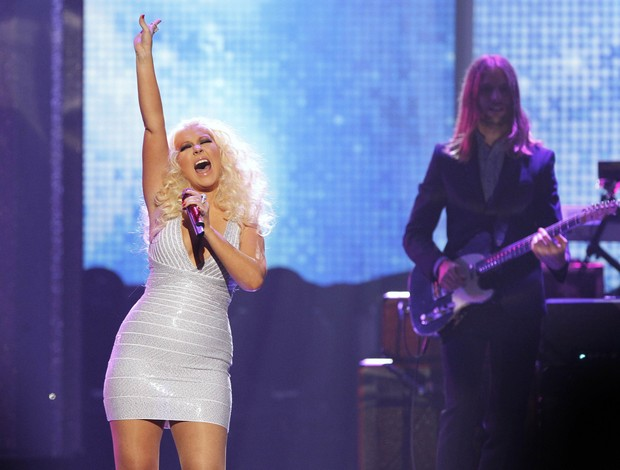 Christina Aguilera canta com o Marron 5 no American Music Awards em Los Angeles, nos Estados Unidos (Foto: Reuters/ Agência)