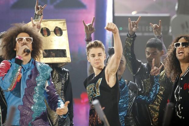 Justin Bieber dança na apresentação do grupo LMFAO no American Music Awards (Foto: Reuters/ Agência)
