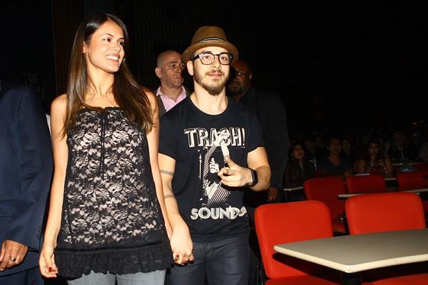 Junior Lima com a namorada Raissa Maciel em show em que Sandy canta Michael Jackson em São Paulo (Foto: Iwi Onodera/ EGO)