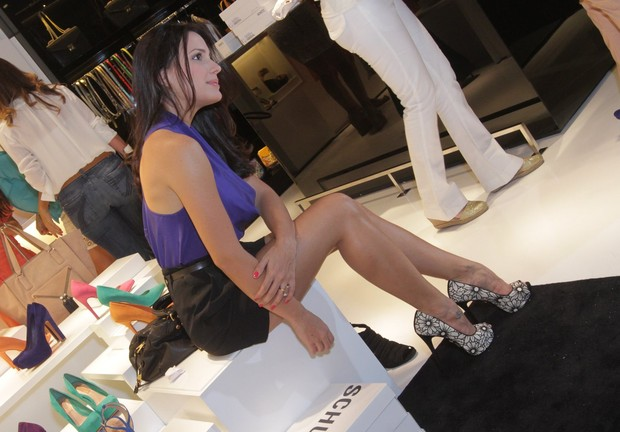 Juliana Knust em loja na Zona Sul do Rio (Foto: André Muzell/ Ag. News)