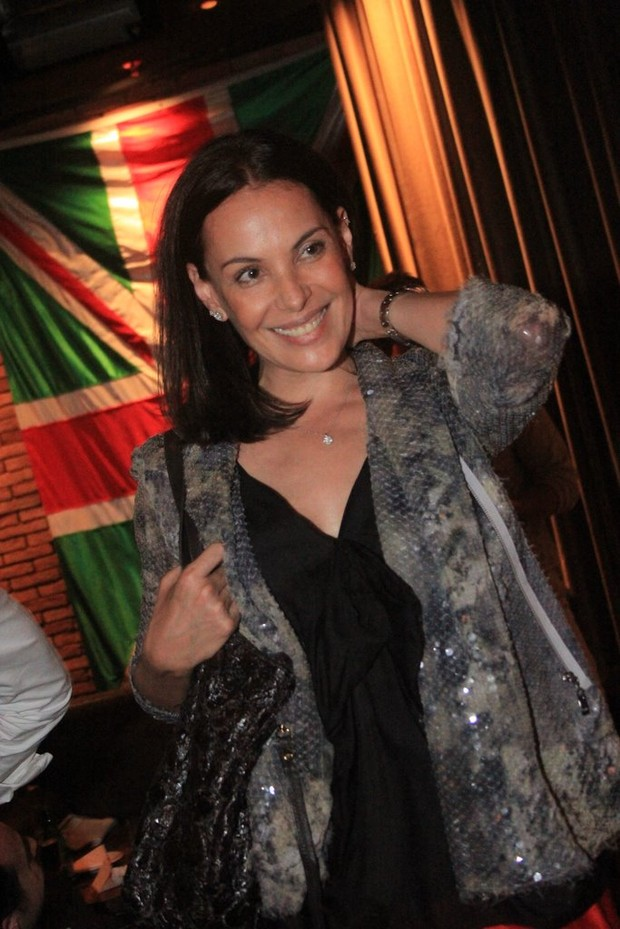 Carolina Ferraz curte show da DJ Sky Ferreira em bar na Zona Sul do Rio (Foto: Rodrigo dos Anjos/ Ag. News)