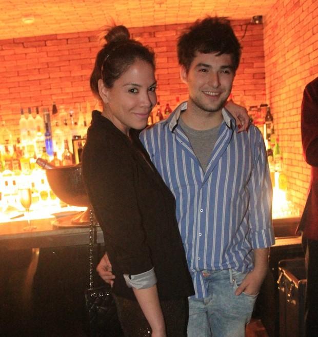 Júlia Almeida com o namorado Sebastian Bailey na apresentação da DJ Sky Ferreira (Foto: Rodrigo dos Anjos/ Ag. News)