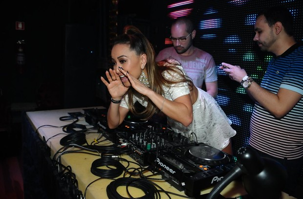 Sabrina Sato comanda as carrapetas em balada paulista (Foto: Francisco Cepeda/ Ag.News)