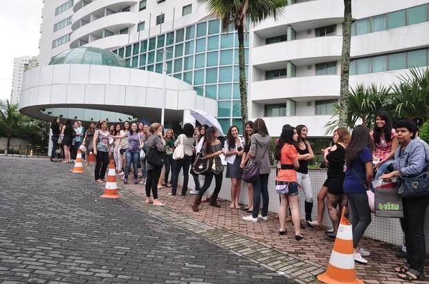 Fãs de Alfonso Herrera na porta do hotel (Foto: Roberto Teixeira/EGO)