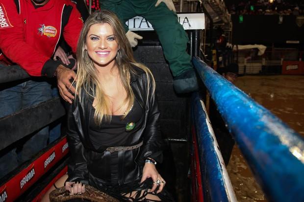 Mirella Santos monta em touro durante rodeio em Cajamar, São Paulo (Foto: Manuela Scarpa/Photo Rio News)