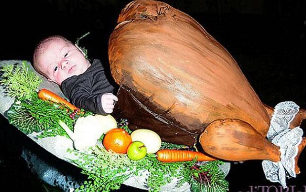 Hattie, filha de Tori Spelling, fantasiada de peru de natal (Foto: Reprodução/Site Oficial)