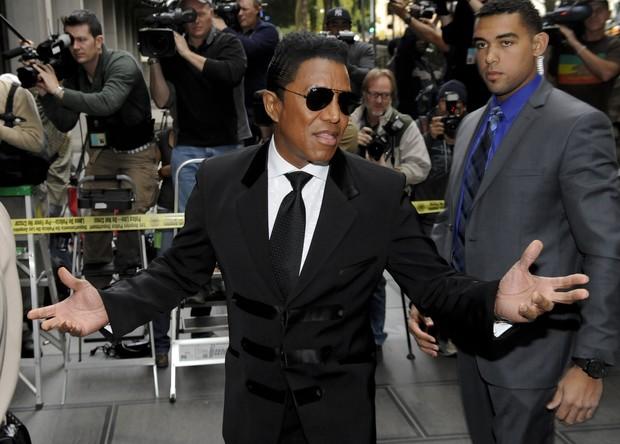 Jermaine Jackson, irmão de Michael Jackson na chegada ao tribunal (Foto: Reuters)