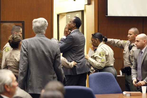 Conrad Murray manda beijinho no tribunal (Foto: Reuters)