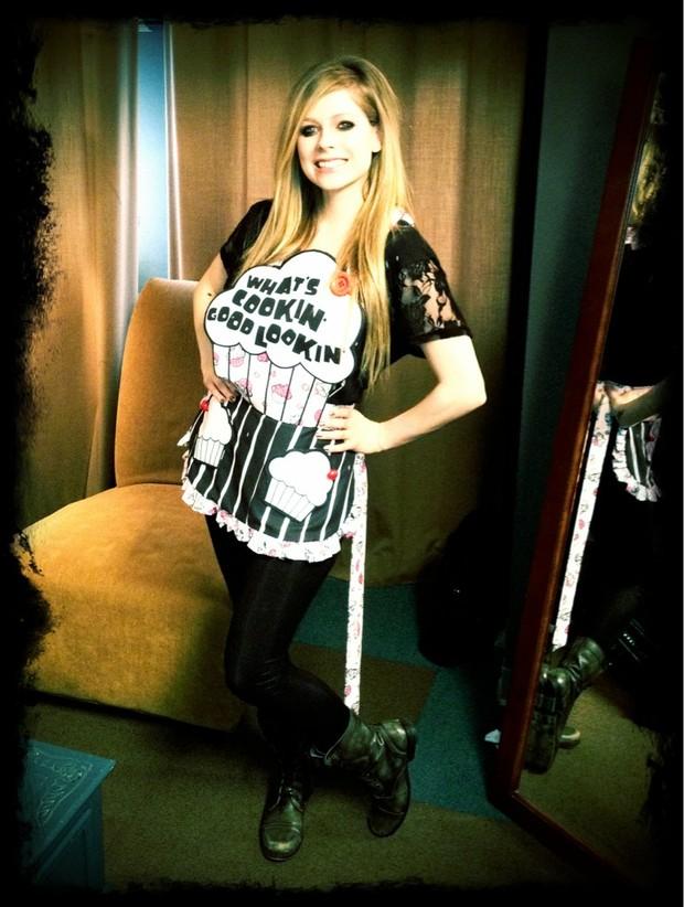 Avril Lavigne e seu avental de cozinheira (Foto: Reprodução / Twitter)