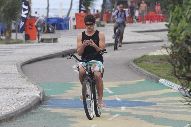 Caio Castro anda de bicicleta (Foto: Dilson Silva/Agnews)