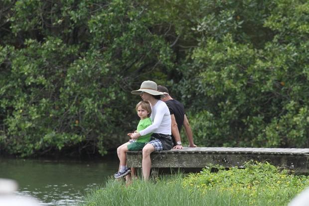 Fernanda Torres brinca com o filho (Foto: Dilson Silva / Agnews)