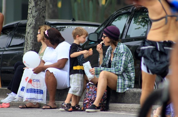 Maria Paula brinca com o filho (Foto: Wallace Barbosa/AgNews)