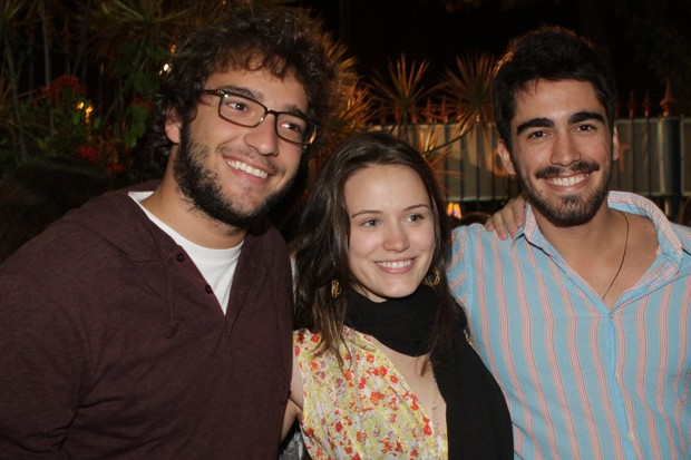 Bianca Bin com o ex Humberto Carrão e com o namorado Pedro Brandão na peça 'Alice e Gabriel' no Rio (Foto: Raphael Mesquita/ Photo Rio News)