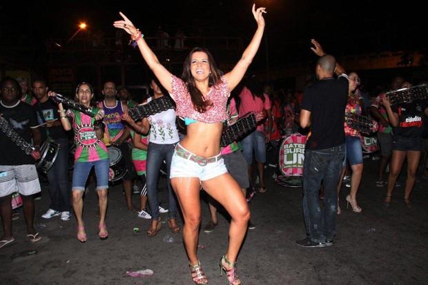 Renata Santos em ensaio de rua da Mangueira, no Rio (Foto: Onofre Veras/ Ag. News)
