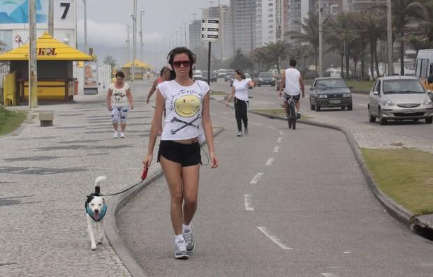 Ellen Jabour caminha com cachorro no Rio (Foto: Jeferson Ribeiro / AgNews)