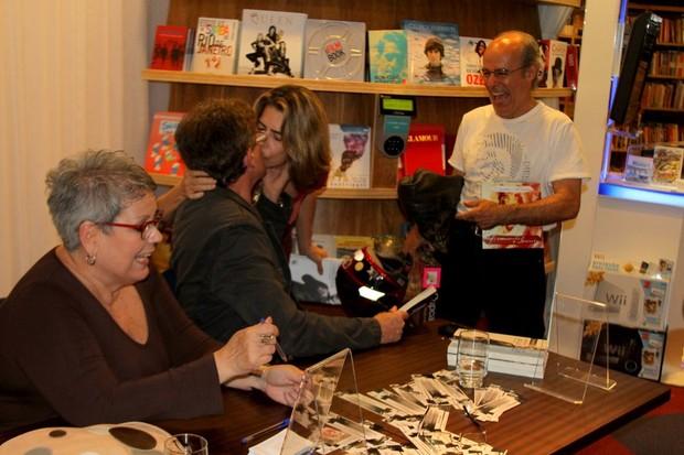 Maitê Proença dá selinho em Edwin Luisi em lançamento de livro no Rio (Foto: Daniel Delmiro/ Ag. News)