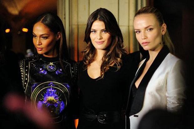As modelos Joan Small, Isabeli Fontana e Natasha Polly no lançamento do calendário da Pirelli em Nova York, nos Estados Unidos (Foto: AFP/ Agência)