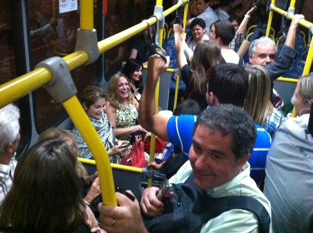 Susana Vieira anda de ônibus em aeroporto no Rio (Foto: Twitter/ Reprodução)