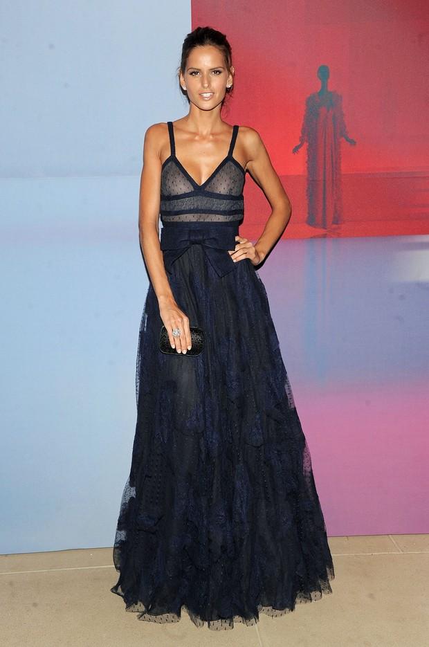 Izabel Goulart usa vestido transparente em festa do estilista Valentino em Nova York, nos EUA (Foto: Getty Images/ Agência)