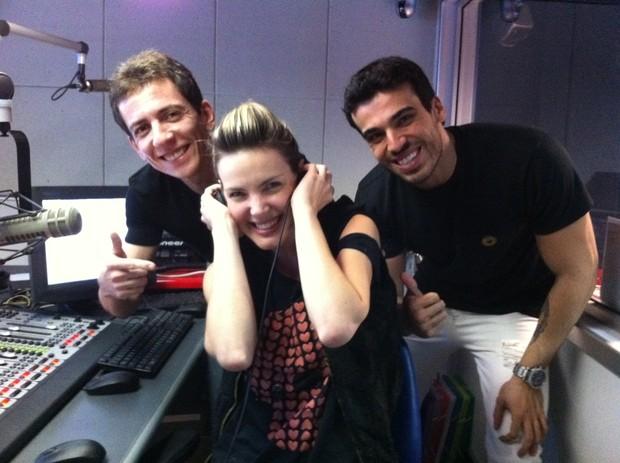 Ex-BBB Diana com os locutores Alexandre Woolley e Dedé Galvão em rádio no Rio (Foto: Kadu Gonçalves/ Divulgação)