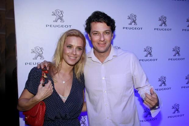 Carolina Dieckmann e Marcelo Serrado em festa no Rio (Foto: Isac Luz/ EGO)