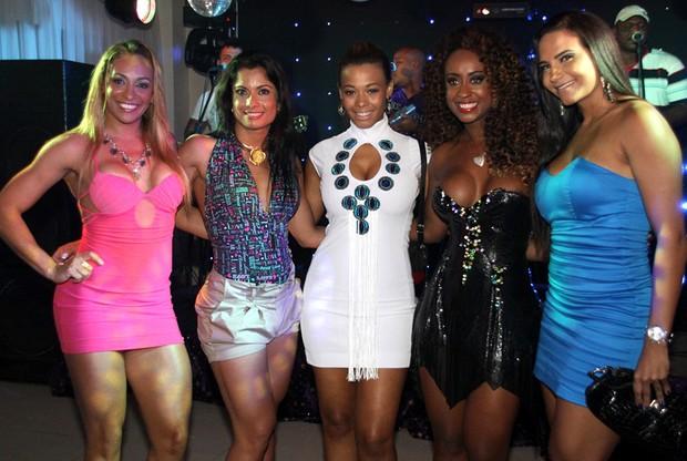 Alessandra Mattos, Dani Sperle, Juliana Diniz, Vânia Love e Shayene Cesário no aniversário de Vânia no Rio (Foto: Daniel Pinheiro/ Divulgação)