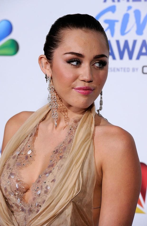 Miley Cyrus em evento beneficente (Foto: Agência/Getty)