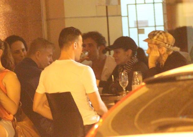 Danielle Winits e Marcos Pasquim jantam com  Miguel Falabella e amigos em restaurante no Leblon (Foto: Fausto Candelária / AgNews)