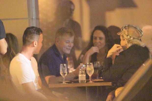 Miguel Falabella e amigos em restaurante no Leblon (Foto: Fausto Candelária / AgNews)