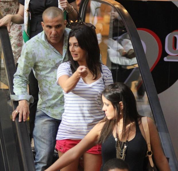 Fernanda Paes Leme e Eri Johnson no shopping (Foto: Marcus Pavão/Agnews)