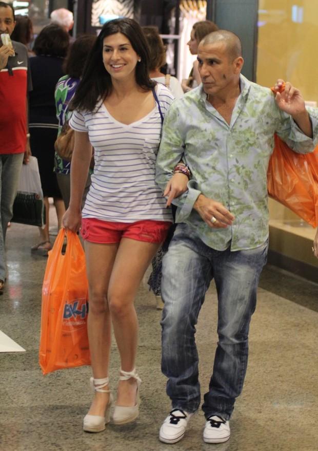 Fernanda Pontes e Eri Johnson compram brinquedos (Foto: Marcus Pavão/Agnews)