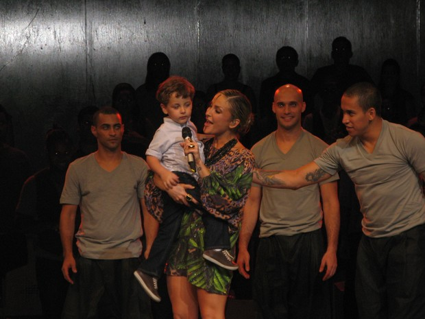 Davi com Claudia Leitte em gravação de DVD em Salvador, na Bahia (Foto: Eliane Santos/ EGO)