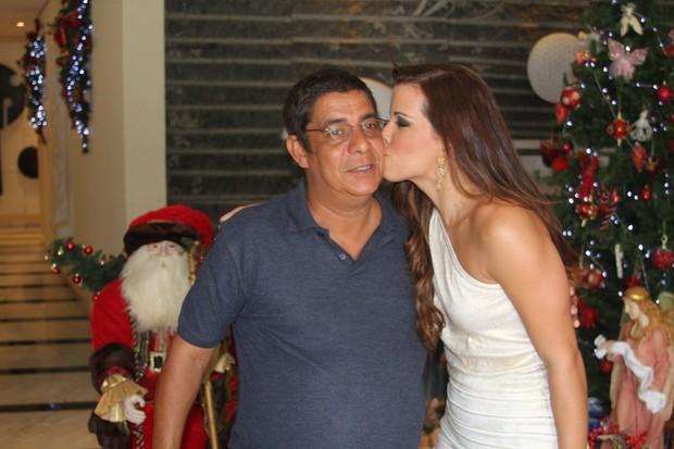 Zeca Pagodinho ganha beijinho de Renata Santos (Foto: Ag Mural da Fama/ Cleomir Tavares)