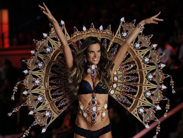 Alessandra Ambrósio desfila para a Victoria's Secret em 2011 (Foto: Divulgação)