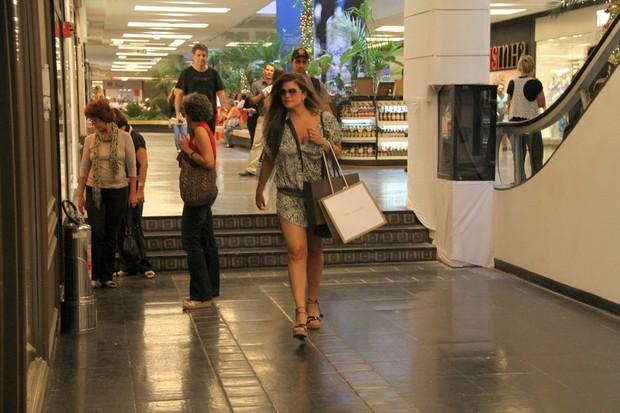 Cristiana Oliveira faz compras em shopping do Rio (Foto: Daniel Delmiro / AgNews)